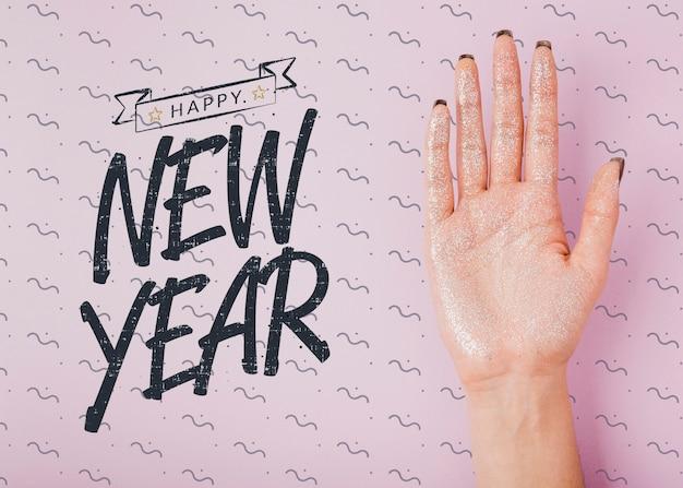 Modelo de rotulação de ano novo em fundo rosa