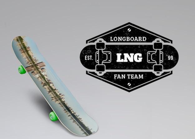 Modelo de skate ao lado do logotipo