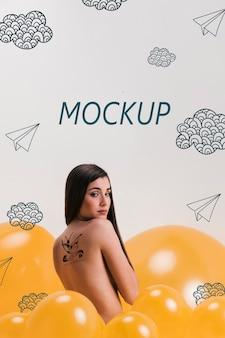 Modelo de vista traseira com tatuagem nas costas e maquete de fundo