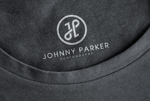 Modelo impresso do logotipo branco em camiseta preta