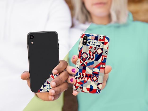 Modelos em close-up, mostrando o telefone