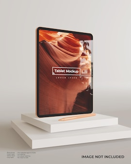 Modo retrato da maquete do tablet com suporte da caneta sobre os blocos