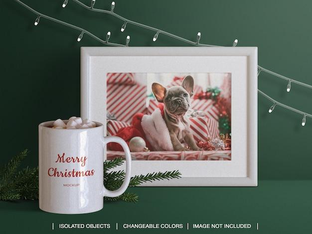 Moldura de cartão com foto de saudação de feriado e maquete de caneca e criador de cena com filial de natal
