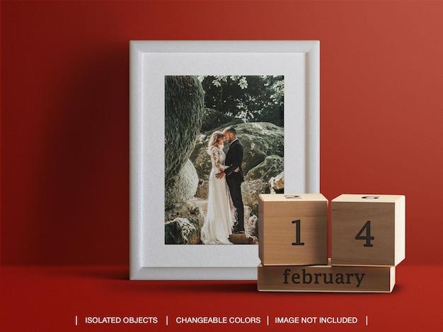 Moldura de cartão de foto e maquete de data de calendário e criador de cena para o conceito de dia dos namorados