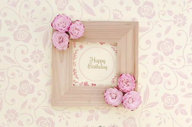 Moldura de feliz aniversário mock-up com flores