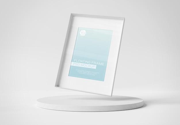 Moldura de foto branca flutuando sobre maquete de exibição de pódio