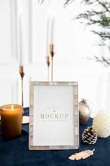 Moldura de foto em uma mesa por velas cônicas