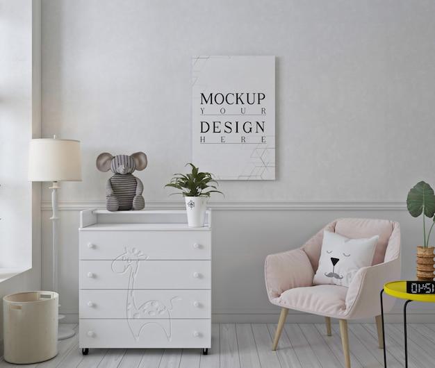Moldura de foto maquete em quarto de berçário branco com cadeira rosa