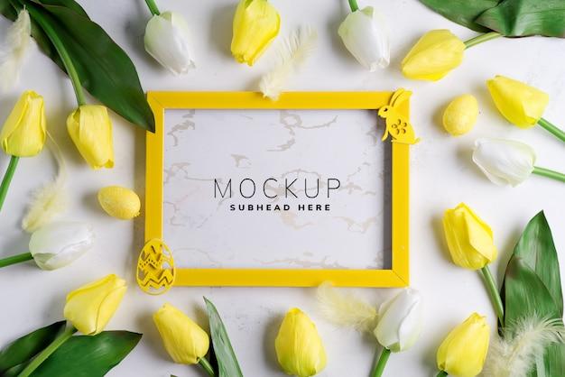 Moldura de maquete com tulipas e decoração de páscoa