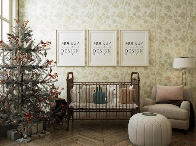 Moldura de pôster de maquete na sala do berçário com árvore de natal e decoração