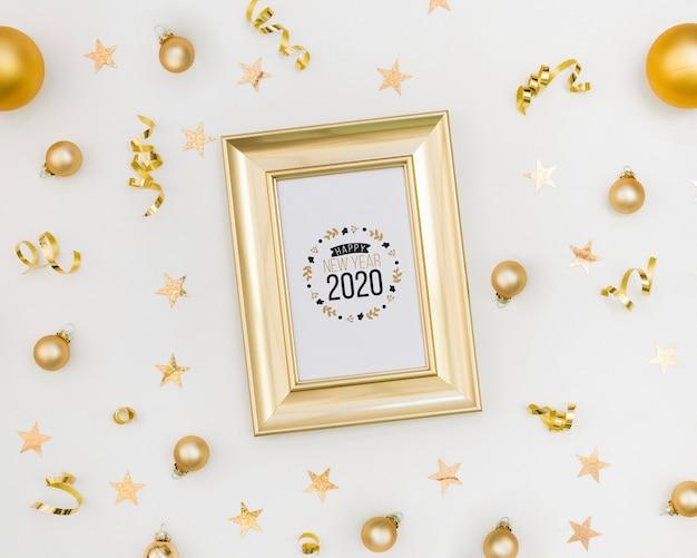 Moldura de vista superior com novo ano 2020 e bolas de natal