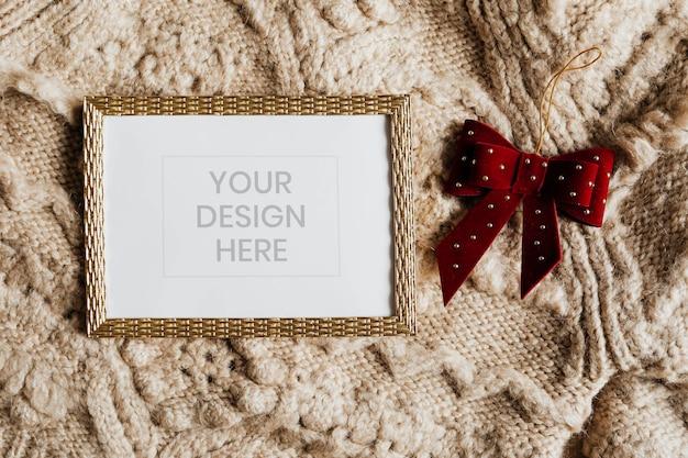 Moldura dourada em modelo de suéter bege