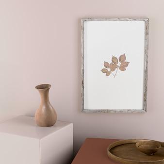 Moldura na parede com folhas e decoração de vaso