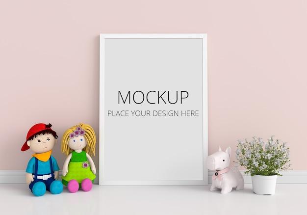 Moldura para fotos em branco para maquete e boneca no chão