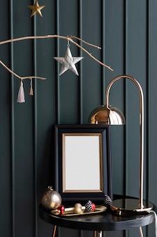 Moldura para fotos festiva em uma mesa