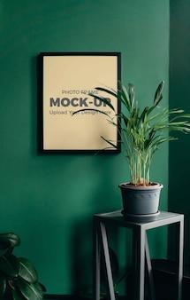 Moldura para fotos pendurada em casa mockup interior de parede verde