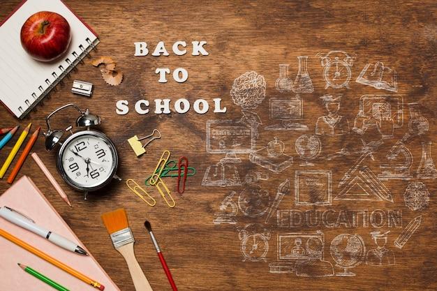 Moldura plana leiga com elementos da escola em fundo de madeira