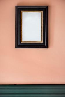 Moldura preta contra parede cor de pêssego