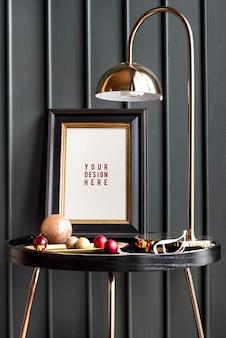 Moldura preta em uma mesa com enfeites de natal