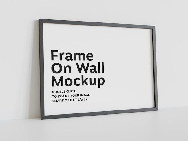 Moldura preta encostada na maquete da parede