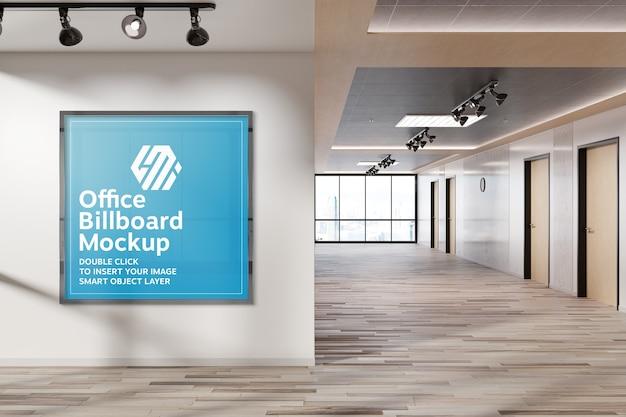 Moldura quadrada pendurada na maquete da parede do escritório