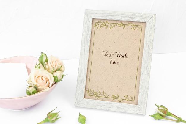 Molduras para fotos bege de maquete com rosas