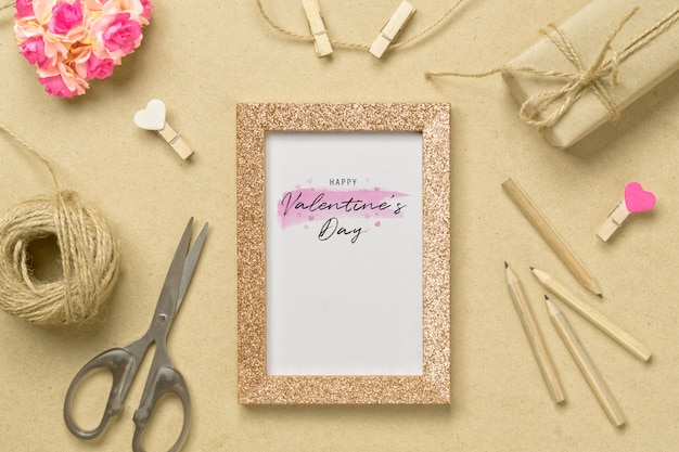Molduras para fotos maquete com caixas de presente kraft para o conceito de dia dos namorados.