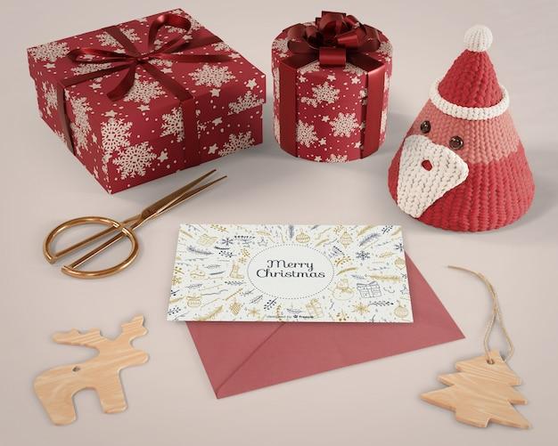 Momento de natal em casa com embrulho de presentes