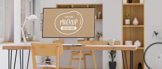 Monitor de computador com tela de maquete na mesa de madeira em uma aconchegante sala de home office