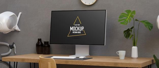 Monitor de computador com tela de maquete na mesa em um espaço de trabalho moderno com decoração e bicicleta
