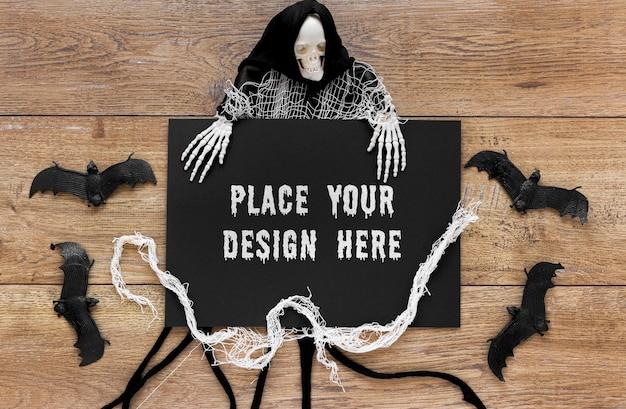 Morcegos e esqueleto na mesa de madeira