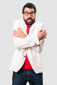 Morena homem com óculos congelando