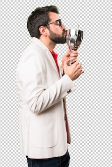 Morena homem de óculos, segurando um troféu