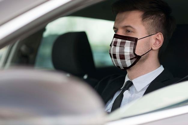 Motorista com máscara de tecido no rosto