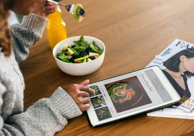 Mulher à procura de comida saudável on-line