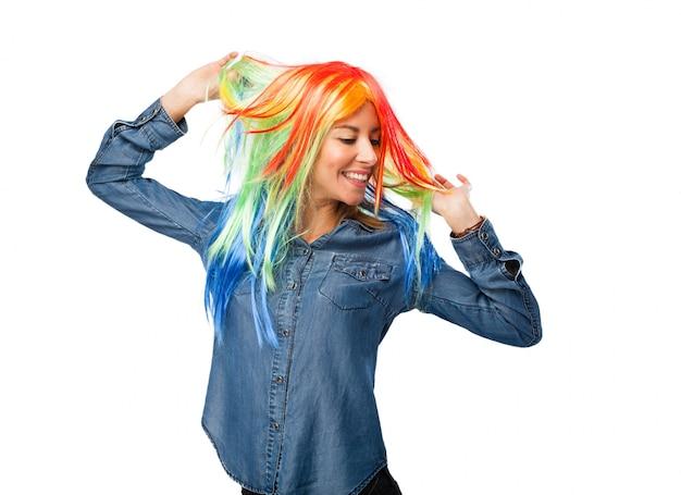 Mulher alegre usando uma peruca e dança