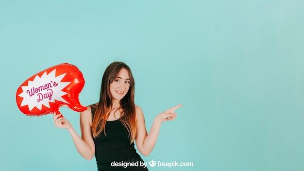 Mulher apontando para a esquerda com maquete de balão de fala