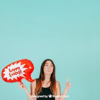 Mulher apontando para cima com maquete de balão de fala