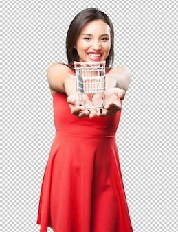 Mulher asiática, oferecendo um carrinho de compras