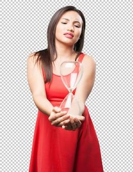 Mulher asiática, segurando, um, relógio areia