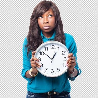 Mulher balck pensativa com um relógio