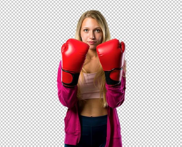 Mulher bonita do esporte com luvas de boxe