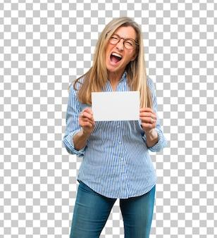 Mulher bonita sênior com um cartaz