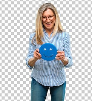 Mulher bonita sênior com um emoticon sorridente