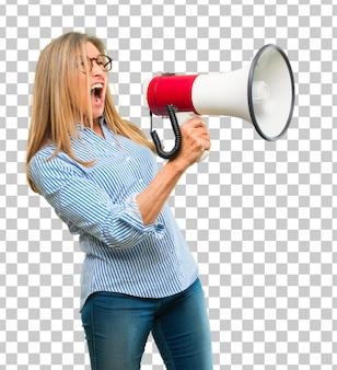 Mulher bonita sênior com um megafone