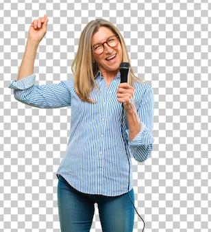 Mulher bonita sênior com um microfone