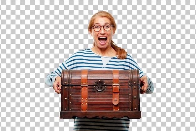 Mulher bonita sênior com uma caixa de pirata