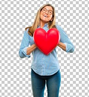 Mulher bonita sênior com uma forma de coração. conceito de amor