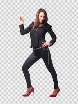 Mulher bonita usando sapatos de salto vermelho