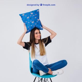 Mulher, cadeira, segurando, almofada